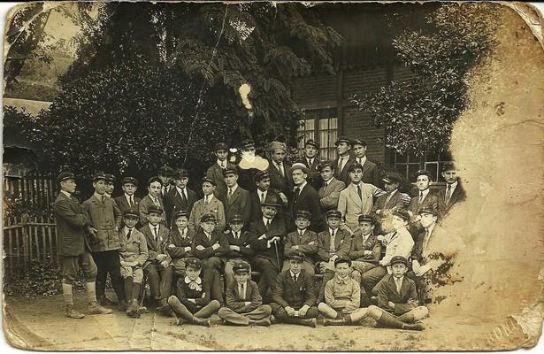Српска деца са професорима у расејању после преласка Албаније, Фижак, 1916, ИАБ, Лф МСП.