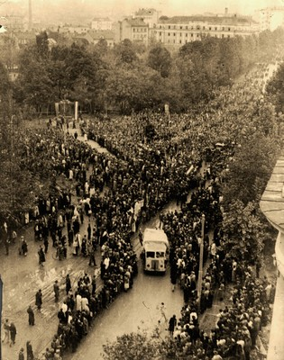 Belgrade citizens in a liberated city near the monument of Vuk Stefanović Karadzić, 1944, IAB, Zf RP i NOB i socijalističke izgradnje.