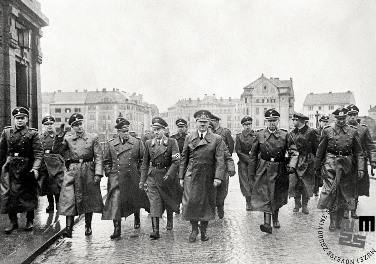 Adolf Hitler med ogledom porušenega dravskega mostu v Mariboru 26. aprila 1941. MNZS. V literaturi se zmotno omenja, da je Hitler znani stavek »Napravite mi to deželo spet nemško!« izrekel v svojem govoru z balkona mariborske mestne hiše 26. aprila 1941. V resnici je to – glede na govor šefa civilne uprave Štajerske dr. Uiberreitherja, ki ga je imel 28. aprila 1941 prav tako na balkonu mariborske mestne hiše – naročil prej. V govoru je Uiberreither dejal, da ga je Hitler naslovil s temi besedami ob predaji uprave tri tedne pred tem. Repe, S puško in knjigo, 24.