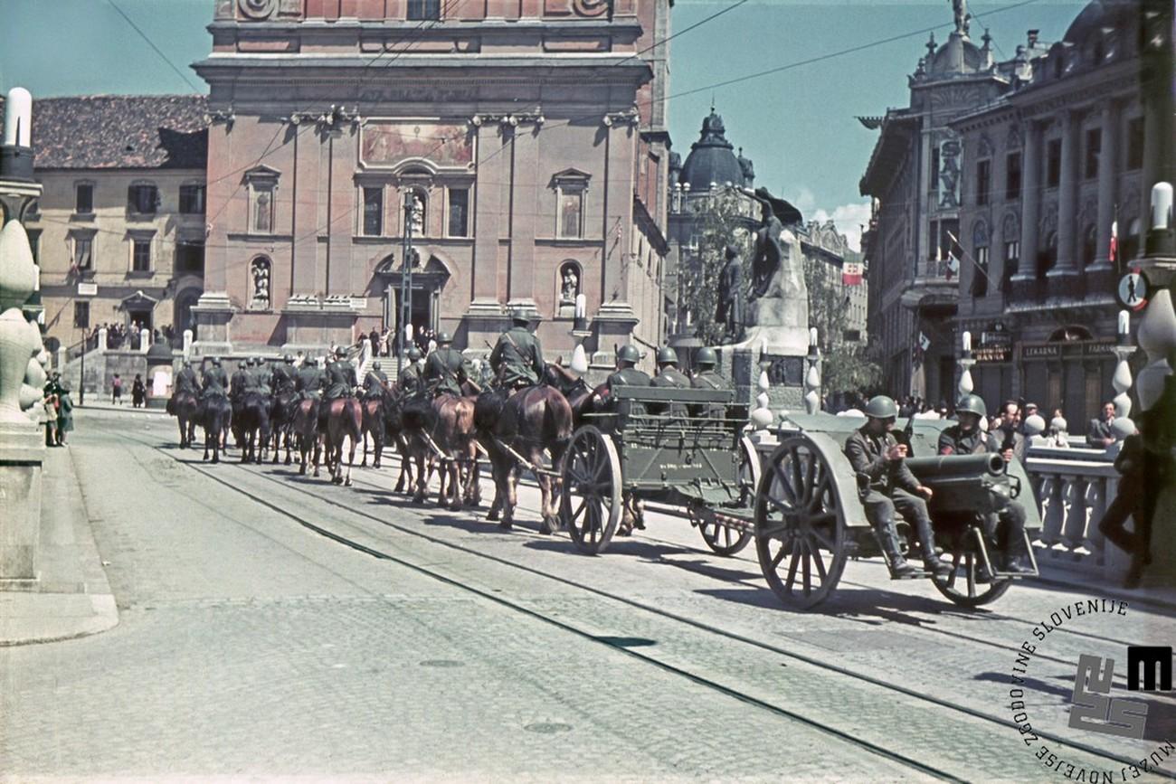 Italijanske čete v Ljubljani (junij 1941). Avtor fotografije: Jakob Prešern, MNZS.