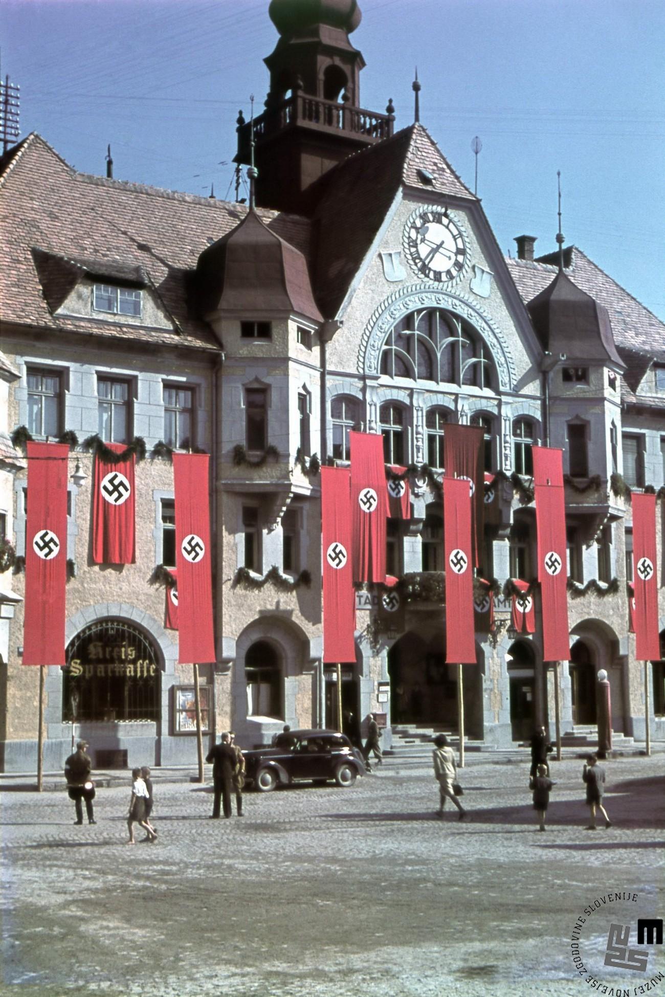 Z nemškimi zastavami okrašena mestna hiša na Ptuju. MNZS.