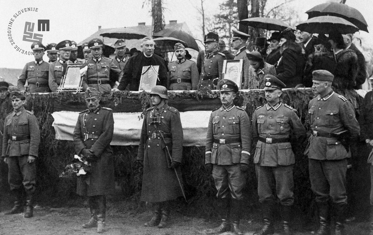 Svečanost v Murski Soboti 16. aprila 1941, v okviru katere so Nemci Madžarom predali oblast nad Prekmurjem. Na odru govori župnik rimokatoliške Župnije Murska Sobota Jožef Krantz. MNZS.