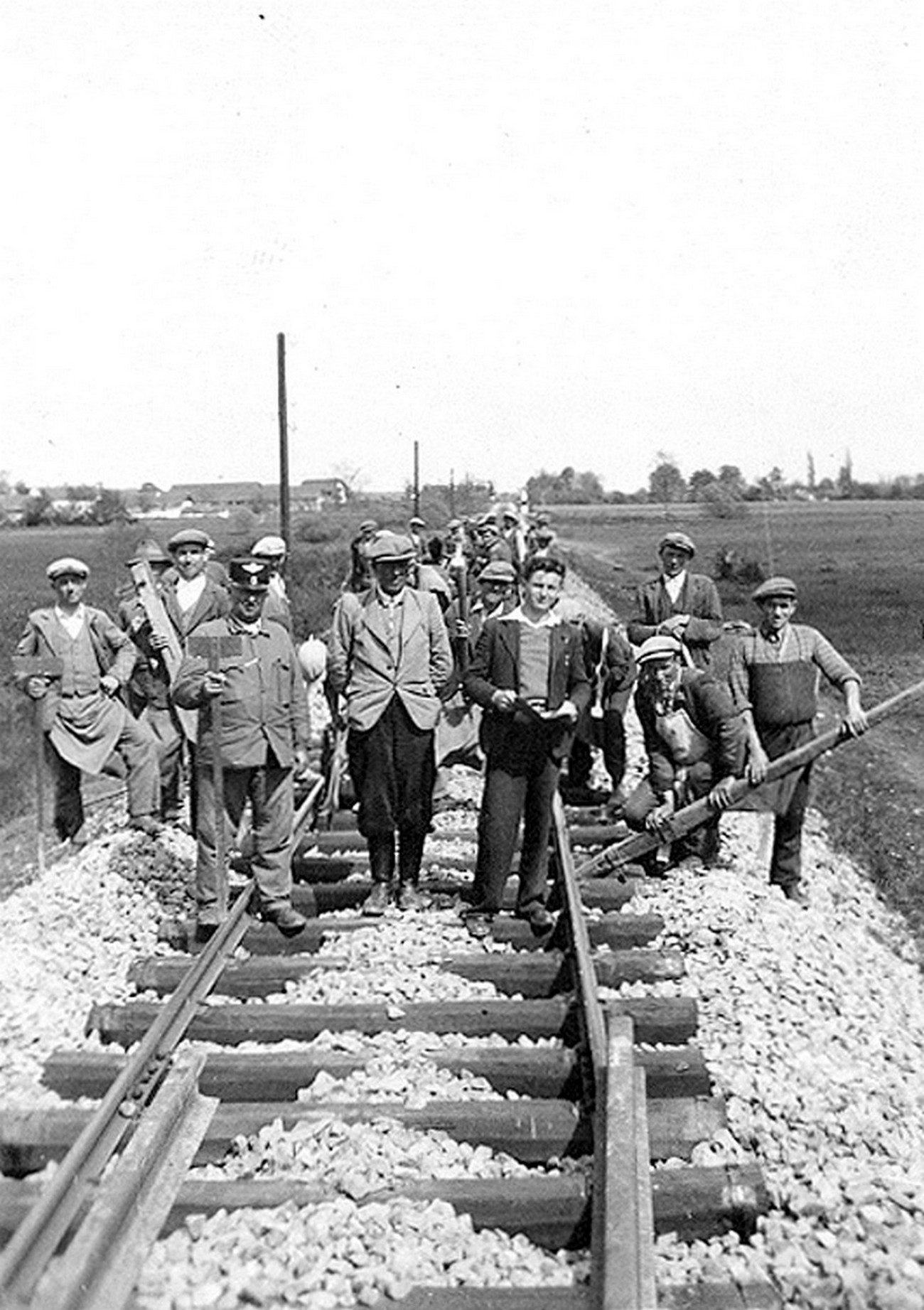 After the annexation of Prekmurje to Hungary, the rail link to the interior of Hungary was re-established. The picture shows workers laying the tracks at Hodoš in 1941. Source: private archive of the Bočkorec family.