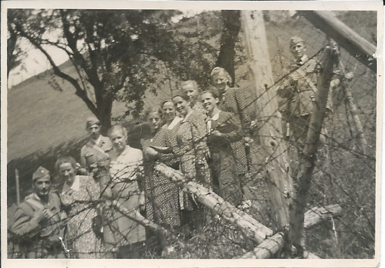 Soldiers and civilians at the border. Source: private archive of Milan Košir.
