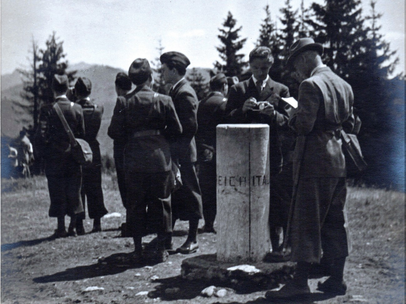 During World War II, the present-day tripoint between Austria, Italy and Slovenia was the tripoint between the Kingdom of Italy, the German Reich and the German Occupation Zone of Lower Carinthia. Unfortunately, the monument from those times has not been recorded, but we can see the tripoint marker from 1939 when it was visited by the underage King of Yugoslavia Peter II Karađorđević. Source: Nani Poljanec, Ljudski muzej Rogaška Slatina/Rogaška Slatina Folk Museum.