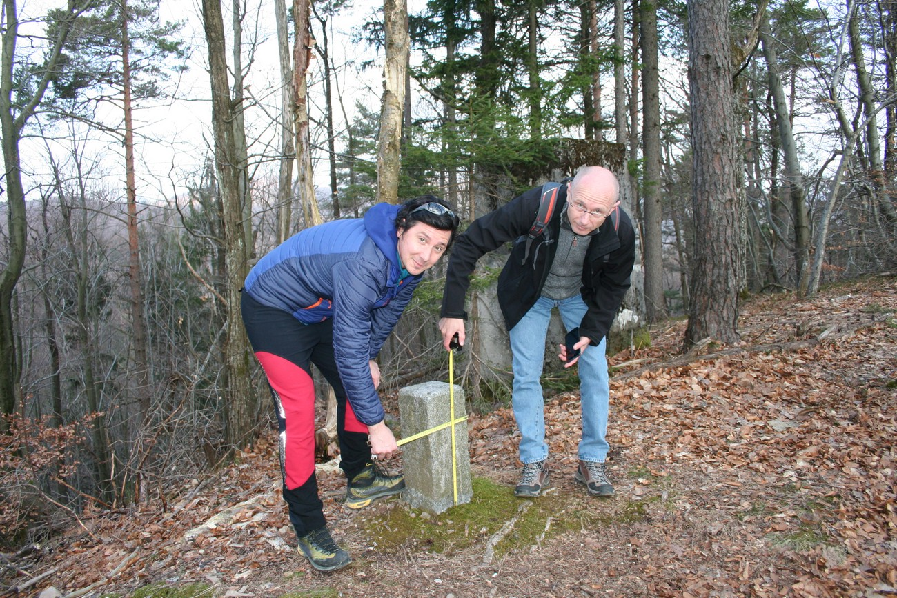 Peter Mikša and Bojan Balkovec measuring the boundary marker. Author: Božidar Flajšman.
