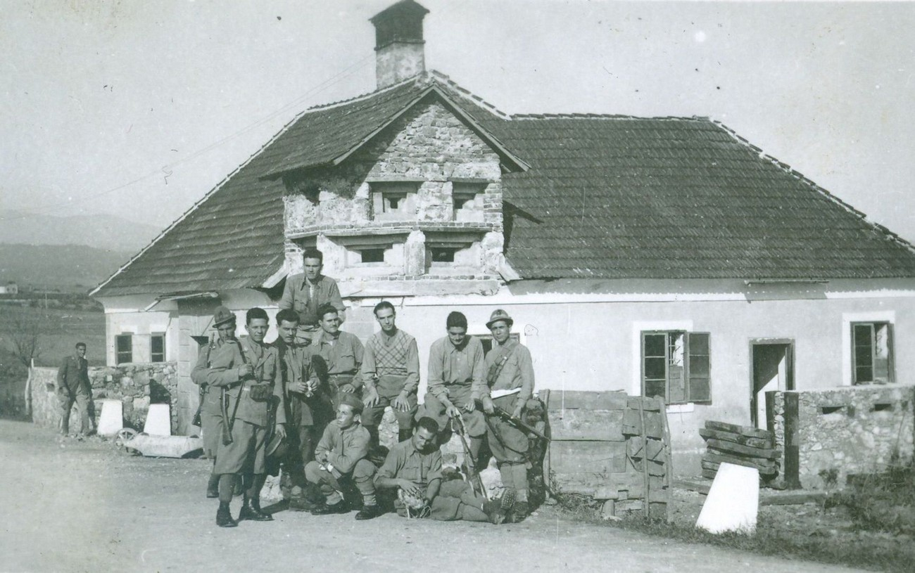 Italijanska vojska je 4. maja 1941 vkorakala v Metliko. Rus, Kronika mesta Metlike, 15. Na sliki v bunker spremenjena hiša pri mostu čez Kolpo, in 1942. Fotografijo hrani Božidar Flajšman.