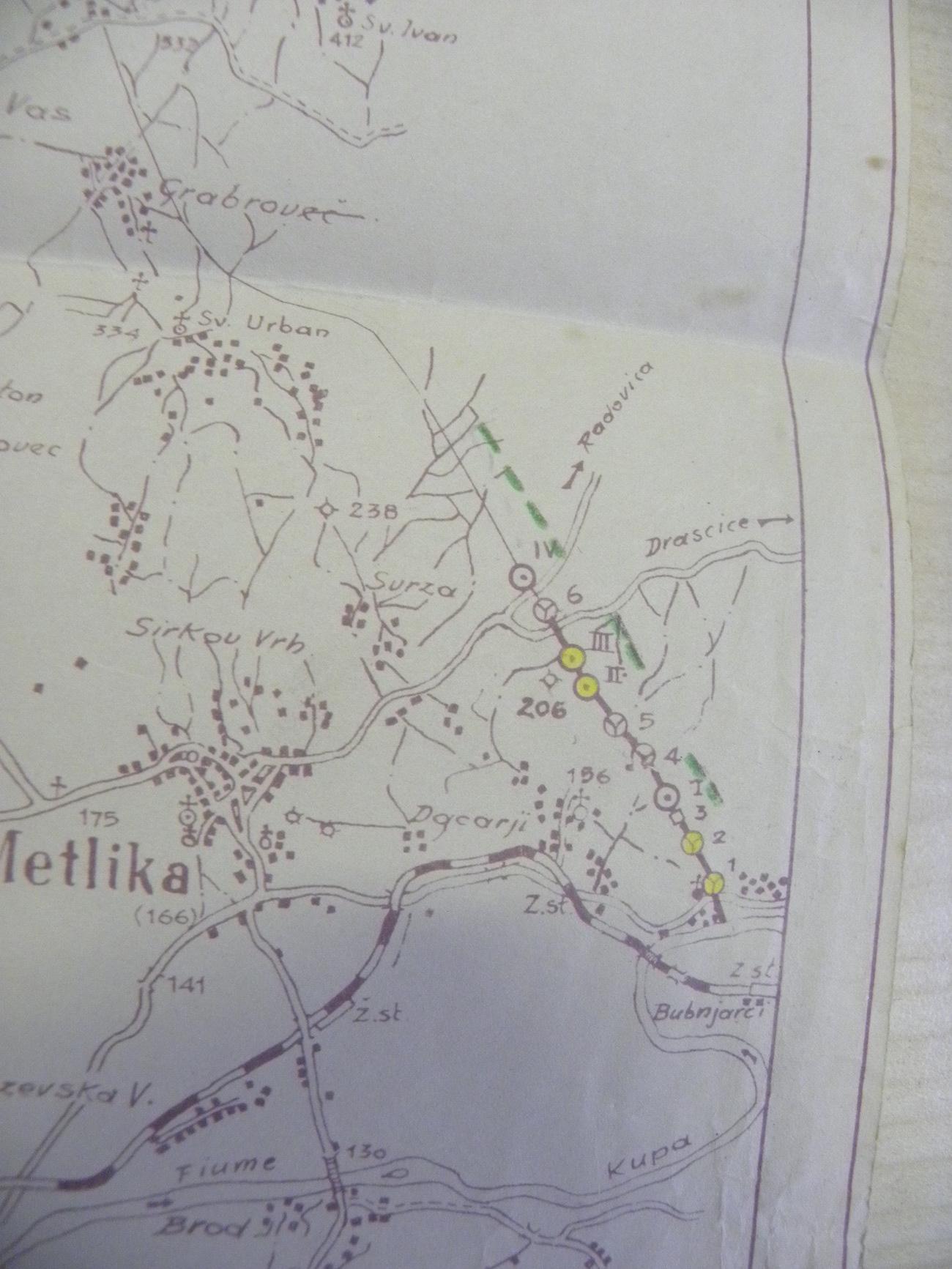 Izrez iz italijanskega zemljevida o gradnji utrjene linije med Italijo in NDH pri Metliki. Rumene pike označujejo že zgrajene betonske bunkerje pri Rosalnicah. SI AS 1773, t. e. 773, Poveljstvo 14. pehotne divizije Isonzo. Avtor fotografije: Blaž Štangelj.