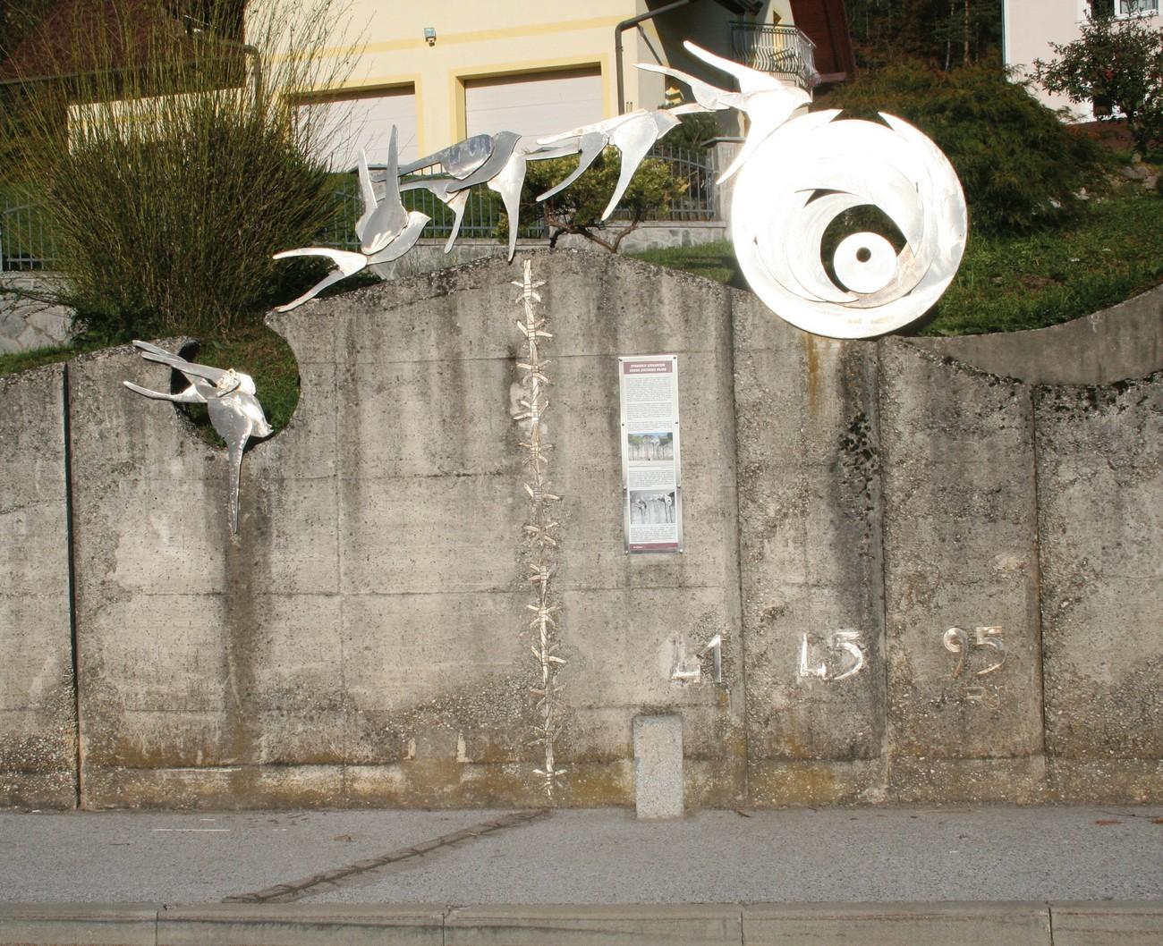 V Krmelju so nekdanjo okupacijsko mejo označili kot spomenik v spomin in opomin na zlo, ki ga je povzročila druga svetovna vojna. Avtor fotografije: Božidar Flajšman.