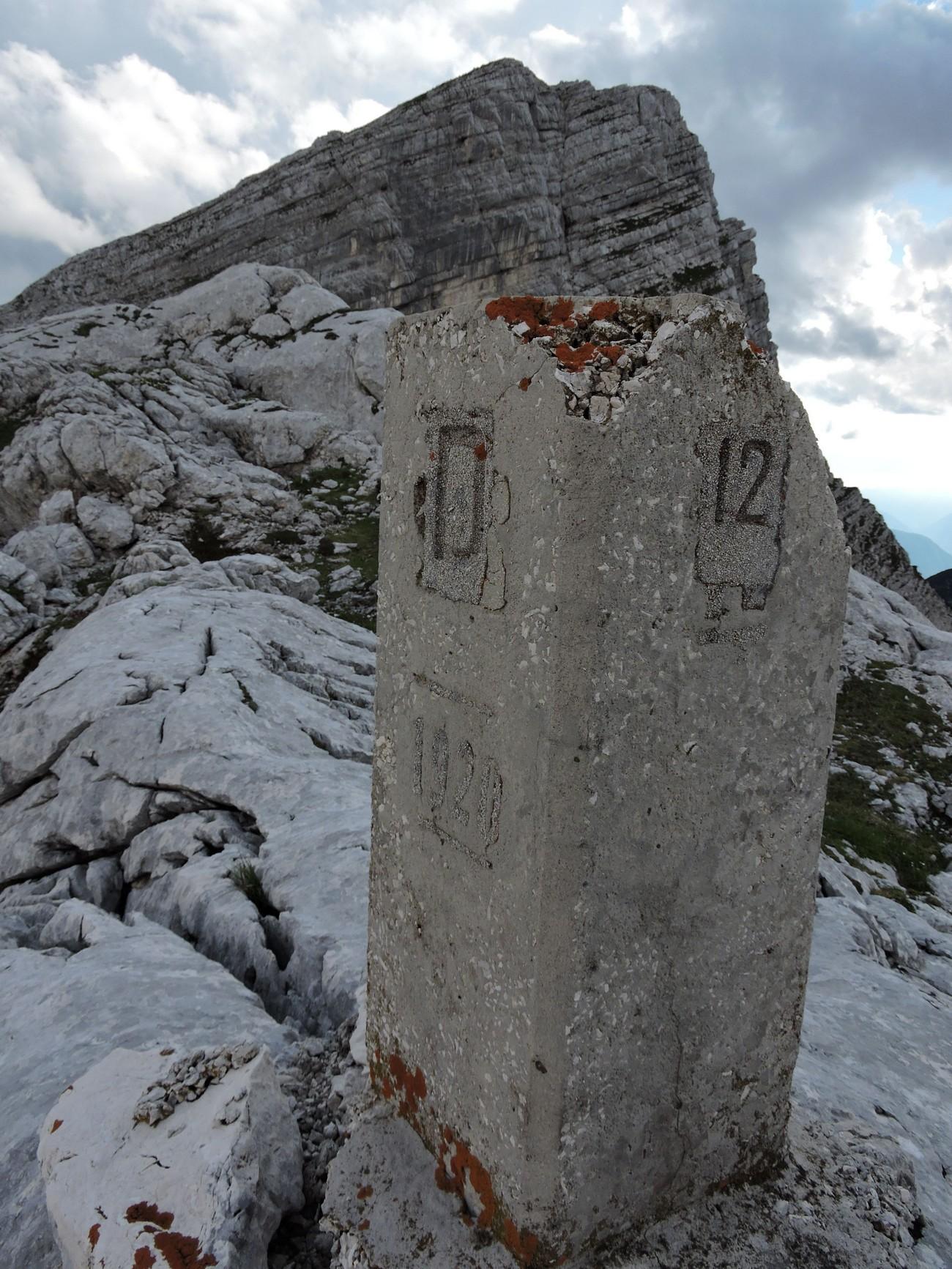 Sektorski mejnik št. 12 rapalske meje med Kraljevino Italijo in Kraljevino Jugoslavijo na Prehodavcih v Julijskih Alpah, ki je ostal mejnik tudi v času druge svetovne vojne, ko je razmejeval Italijo in Nemčijo. Sektorski mejniki so bili visoki en meter in široki 40 cm. Črka »D« je označevala Nemčijo. Letnica 1920 označuje leto podpisa rapalske pogodbe. Avtor fotografije: Matija Zorn.