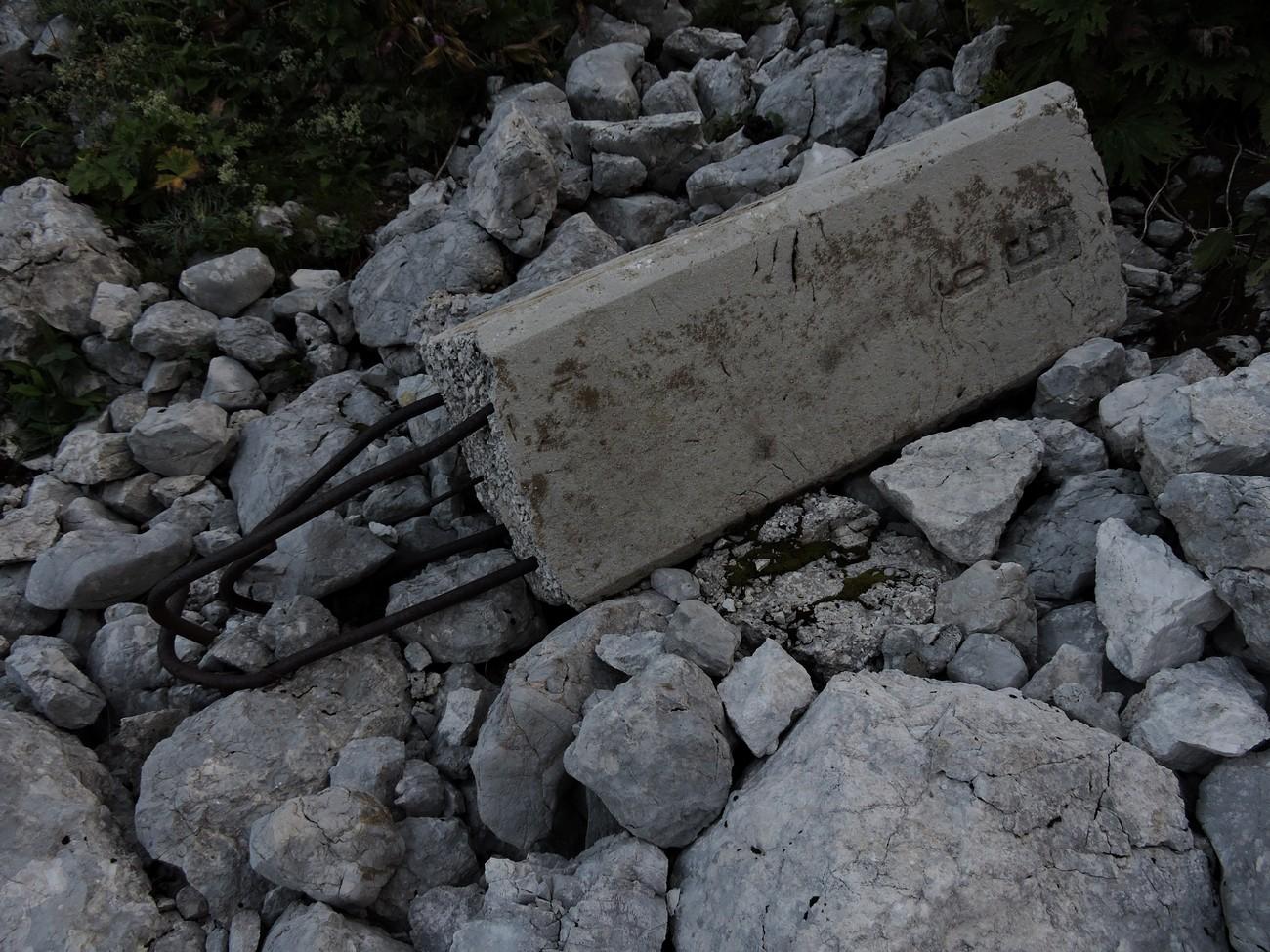 Številni mejniki v visokogorju so bili po drugi svetovni vojni uničeni, nekateri pa zgolj prekucnjeni v sekundarno lego. V celoti ohranjen sektorski mejnik št. 9 pod sedlom Luknja nad dolino Zadnjice leži nekaj deset metrov pod mestom, kjer je stal. Avtor fotografije: Matija Zorn.