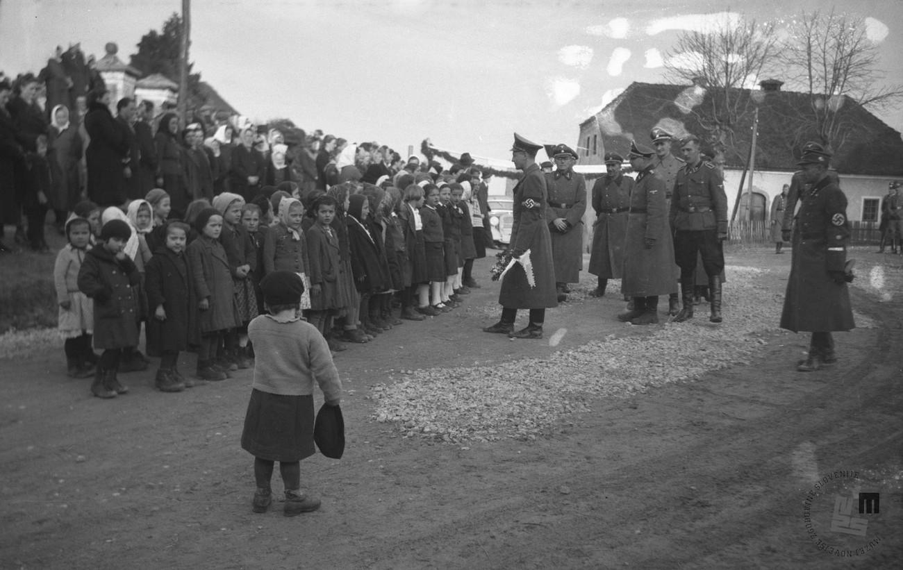 Obisk šefa civilne uprave na Spodnjem Štajerskem dr. Siegfrieda Uiberreitherja na naselitvenem področju A, od 17. do 19. marca 1942, Raka. Foto: Veit, fotografijo hrani MNZS.
