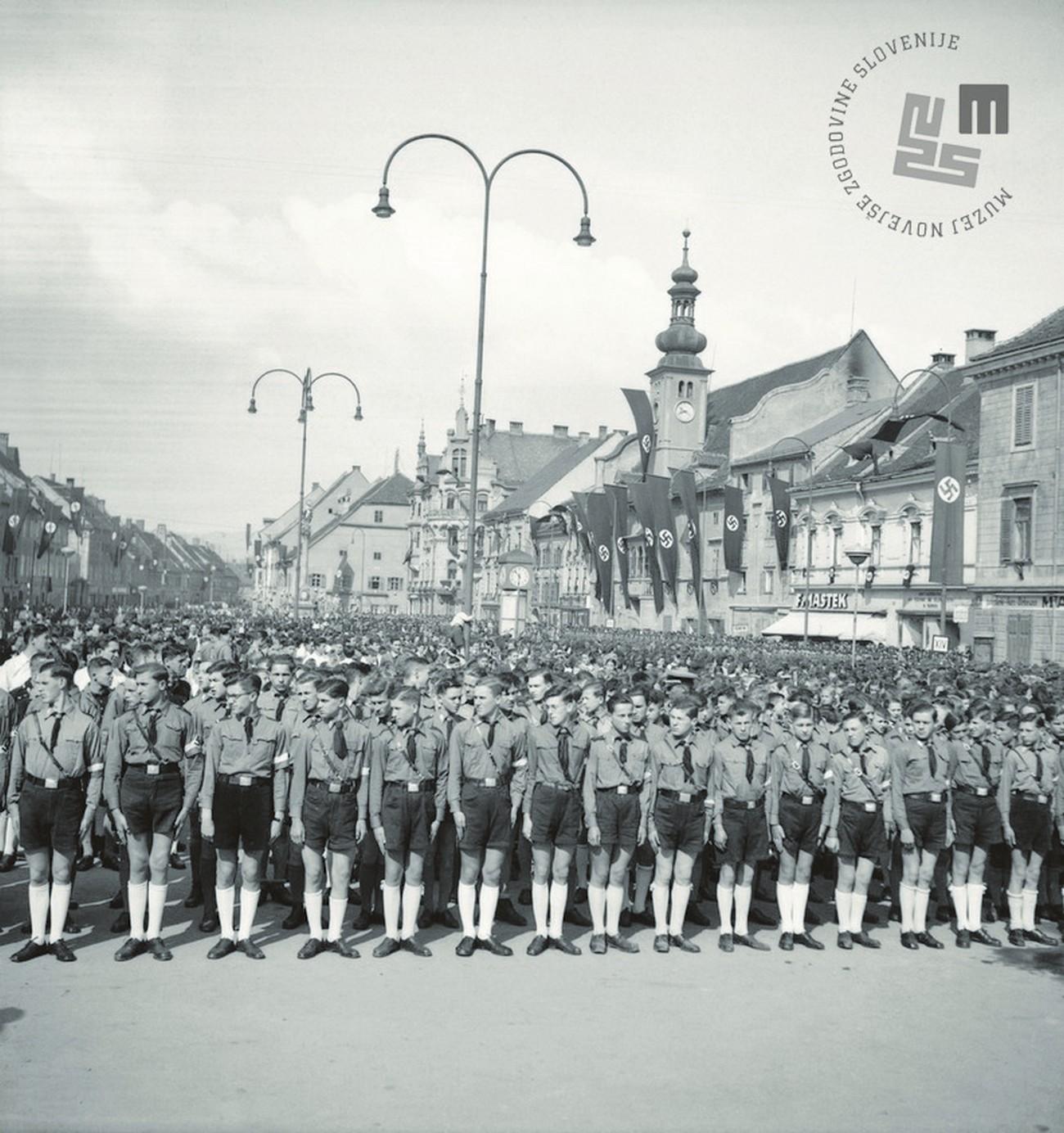 Proslava obletnice okupacije Maribora, zborovanje na Glavnem trgu (Adolf Hitler Platz), Maribor, 12. april 1942. Foto: Veit, fotografijo hrani MNZS.