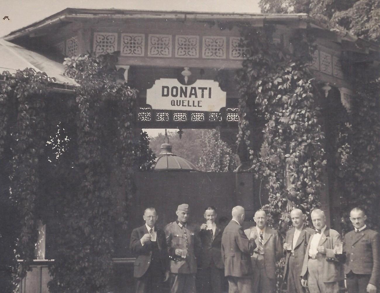 In front of the bottling facility at the heart of the health resort in Rogaška Slatina. Source: personal archive of Nani Poljanec, Ljudski muzej Rogaška Slatina [Rogaška Slatina Folk Museum].