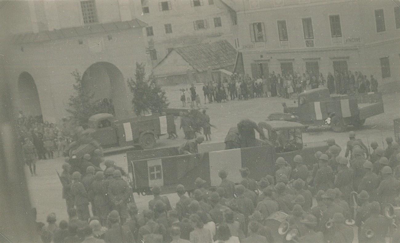 Seven mobile units under the leadership of Giuseppe Gueli responded to the Partisan attack by carrying out an extensive act of vengeance in the wider area of Vojsko. In the photograph, we can see the funeral service of the fallen Italians, who died in Razore, taking place in Idrija's main square. Private archive of Slavko Moravec, Idrija War Museum.
