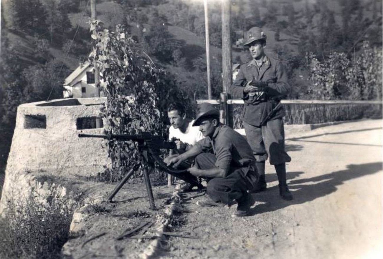 During the war, Italian fortresses were garrisoned. Seen kneeling next to the machine gun in the middle is Lieutenant Xhoko, commander of the garrison of the Nikova brook valley, who joined the Partisans after Italy capitualted. Private archive of Leo Xhoko.