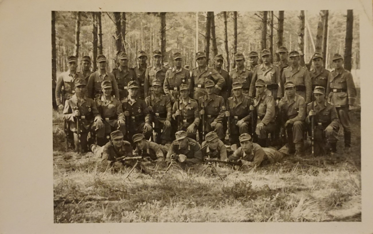 The number of German soldiers in Idrija ranged between 400 and 800. The photograph shows the German crew that in 1945 guarded the positions by the road between Idrija and Vojsko. They settled in the Ferjančič, Murovec, Bezeljačka, and Medved family houses. Private archive of Miha Ferjančič.