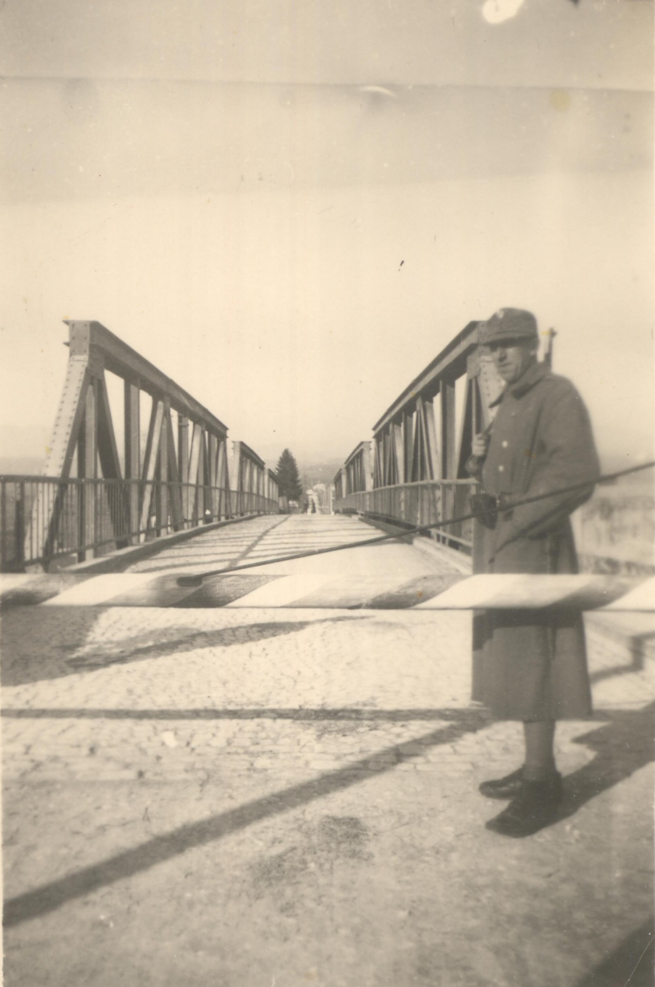 A Croatian soldier in front of a barrier on the Croatian side of the bridge over the Kolpa River at Metlika. (Archive of Janko Bračika)