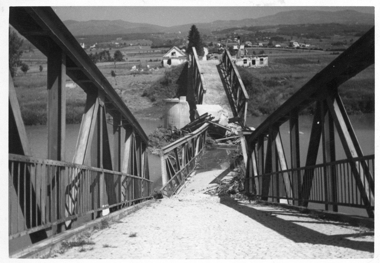 In September 1943, after Italy had capitulated, the partisans demolished the road bridge over the Kolpa River at Metlika. On the right side of the bridge we can see a semi-demolished house, which the Italians had converted into a bunker (shown on the map). They also demolished the railway bridge at Rosalnice and the road bridge at Vinica. The photograph is kept by the Bela krajina Museum in Metlika.