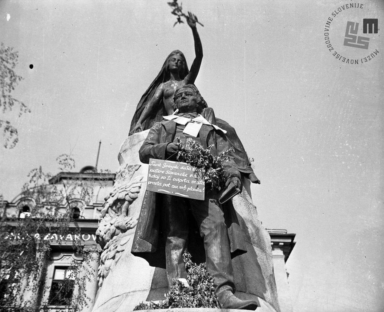 Okrašen Prešernov spomenik ob osvoboditvi. Avtor fotografije: Jakob Prešern. MNZS.