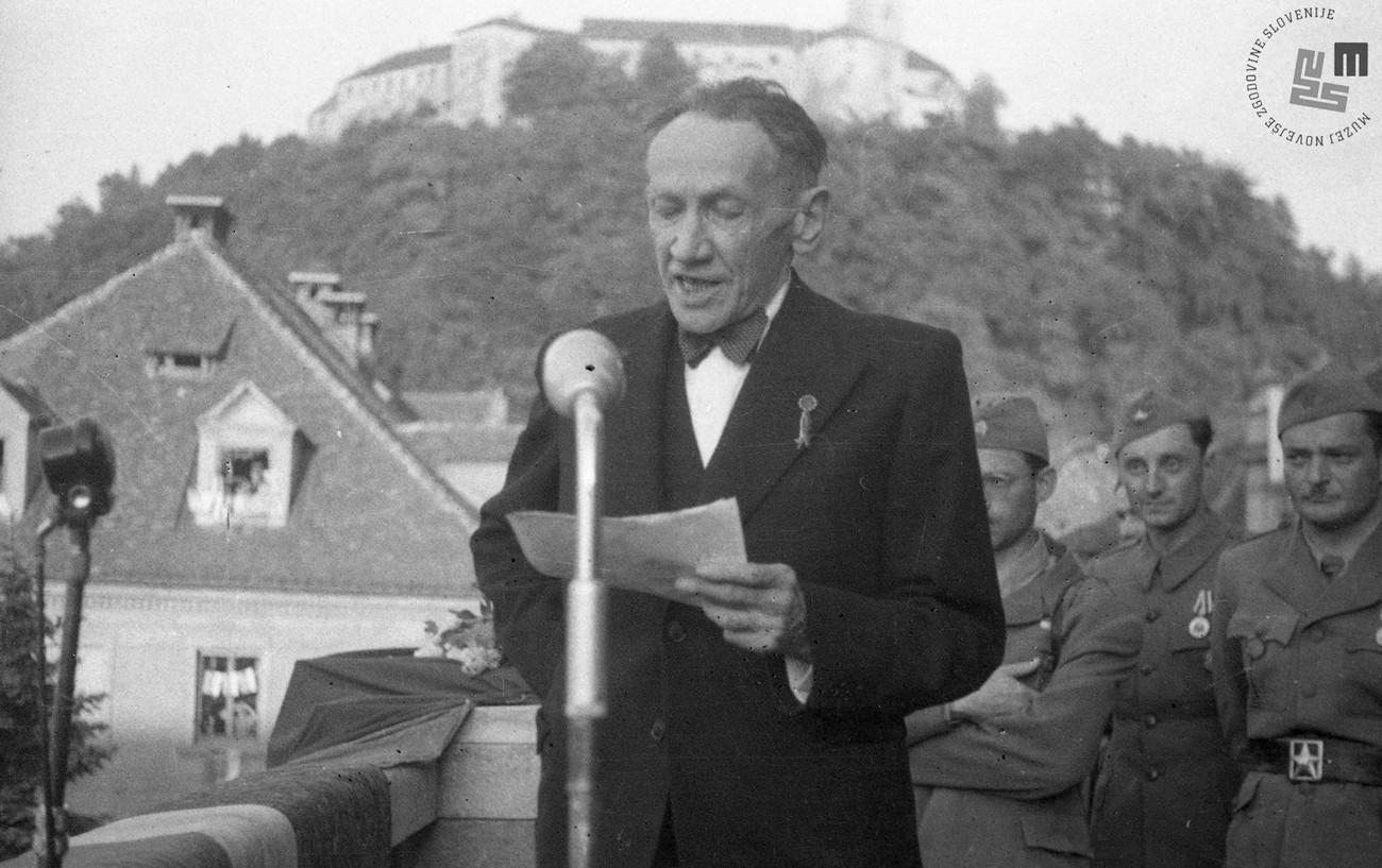 Oton Župančič med govorom na balkonu Univerze v Ljubljani 10. maja 1945. Avtor fotografije: Franc Cerar. MNZS.