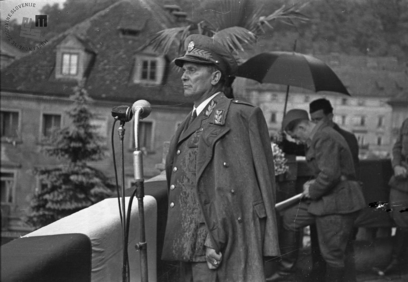 Josip Broz - Tito med govorom na balkonu ljubljanske univerze 26. maja 1945. Avtor fotografije: Janez Kurent. MNZS.