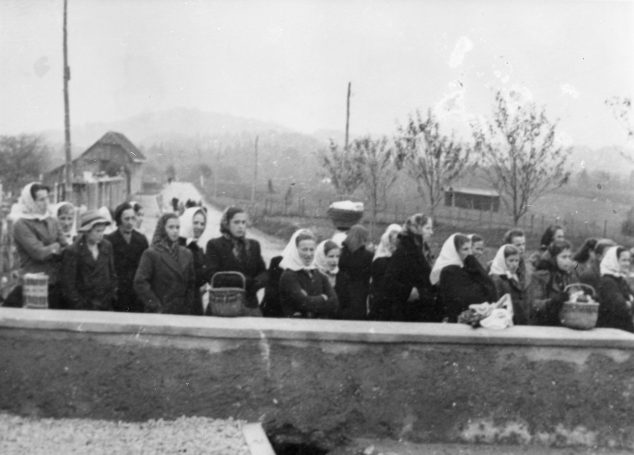Italijani in kasneje tudi Nemci so mesto utrjevali. Vsi dohodi v mesto so bili zastraženi in ob prehodu zapore so vse legitimirali. Na sliki ženske pred zaporo v Novem mestu 1942. MNZS.