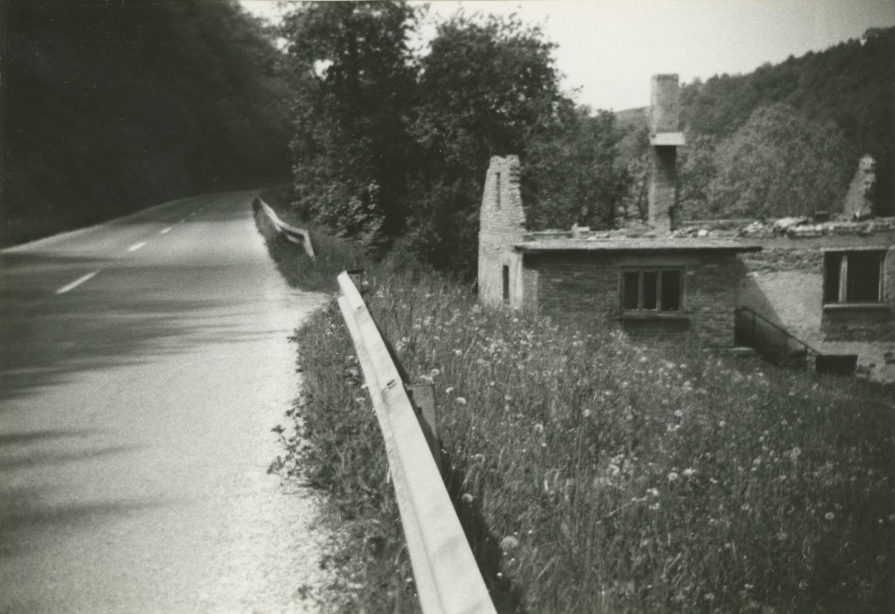 Ruševine nekdanje Murnove hiše v bližini Tržišča v Mirnski dolini, ob cesti Tržišče – Sevnica, okoli leta 1980. Tu v bližini je bila tudi obmejna rampa. Prvotna okupacijska meja pa je nekaj mesecev potekala slab kilometer proti Tržišču. Fotografijo hrani: Oskar Zoran Zelič.