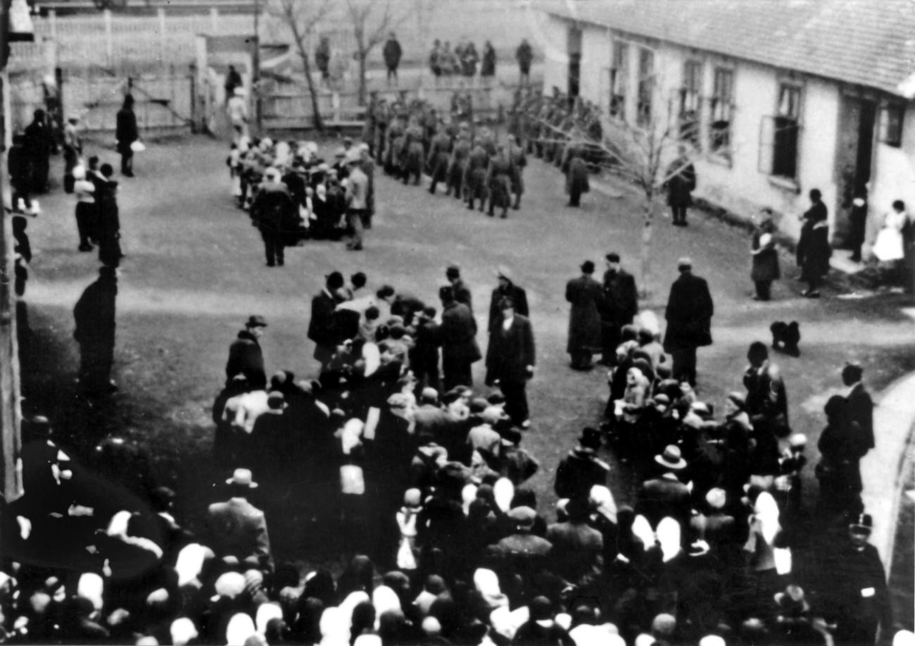 Dvorišče internacijskega taborišča Sárvár na posnetku iz leta 1942. Bensa, Usoda naših dni, 5.