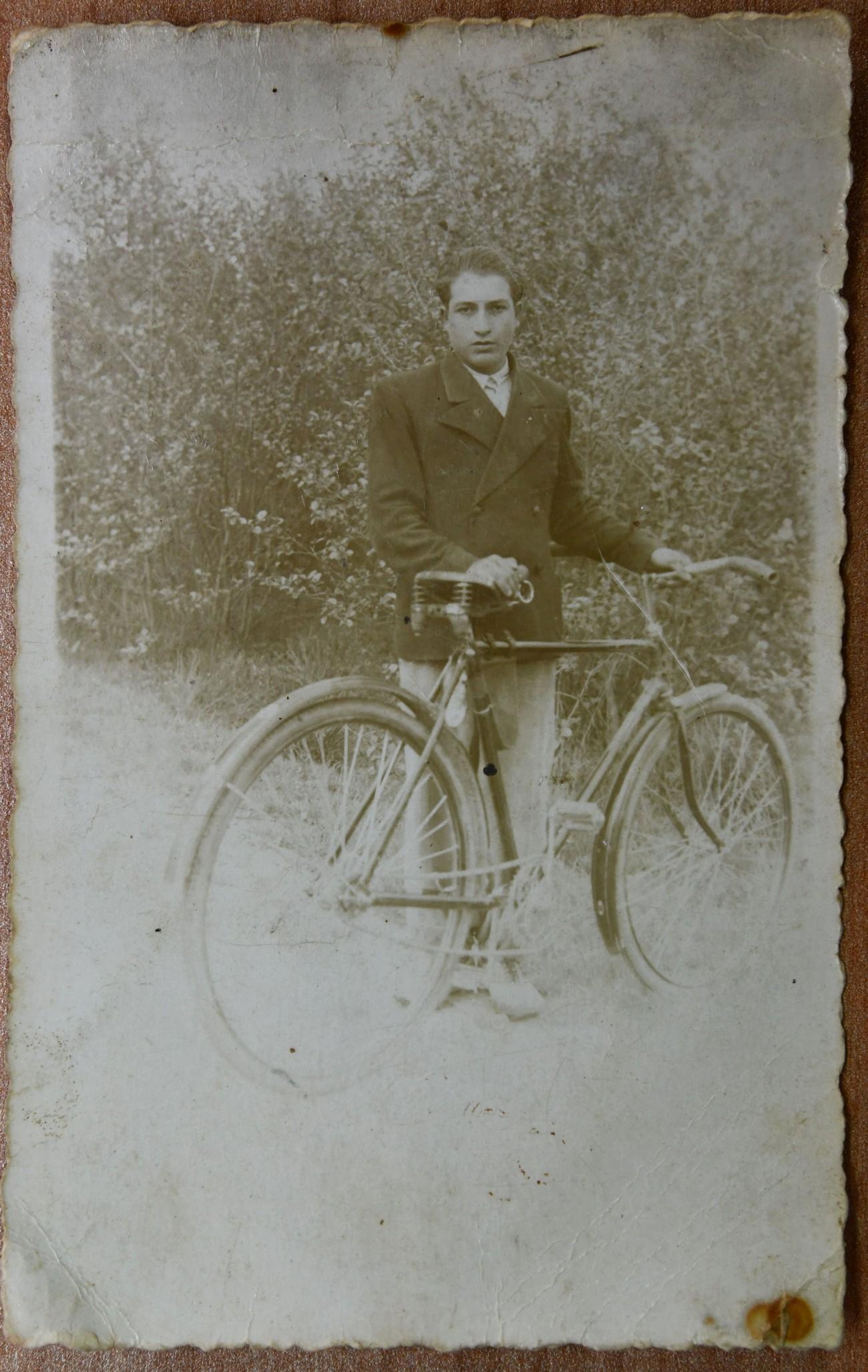 Jožef Baranja, oče Maria Sandrelija. Madžarski vojaki so ga 21 let starega ustrelili 27. februarja 1945 v Turnišču. Fotografijo hrani Mario Sandreli.