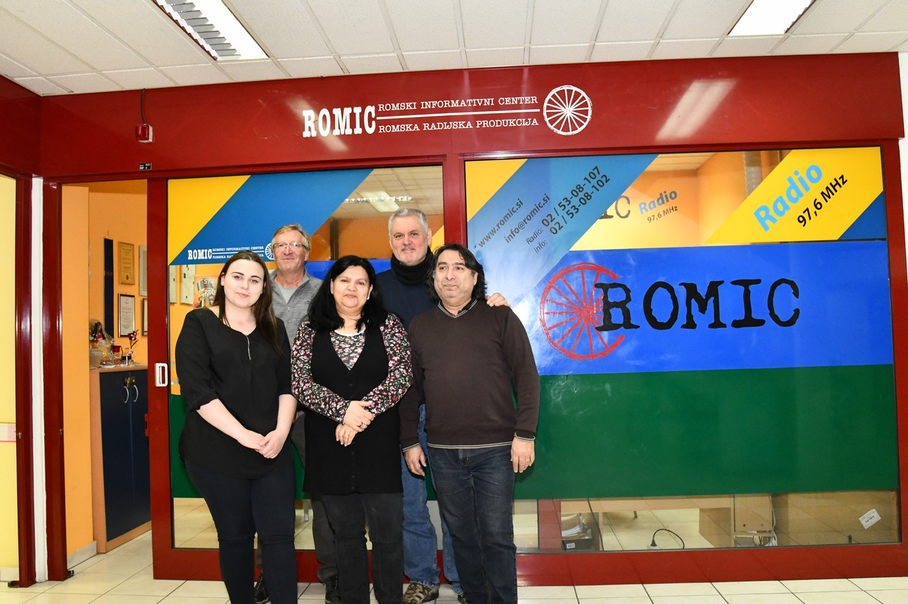 Od leve: Maria Horvat, Božo Repe, Monika Sandreli, Božidar Flajšman in Jožek Horvat-Muc. Romski radio Romic, Murska Sobota, 4. marec 2020.
