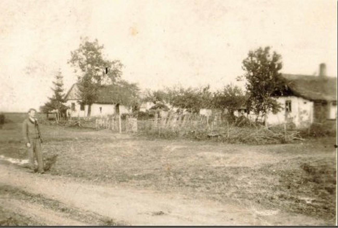 Romsko naselje na koncu zaselka Tüskeszer v vasi Dobrovnik leta 1942. V tem obdobju je bilo v romskem zaselku okoli 10-12 hiš, med njimi tudi nekaj kolib iz blata. Fotografijo hrani družina Gorza.