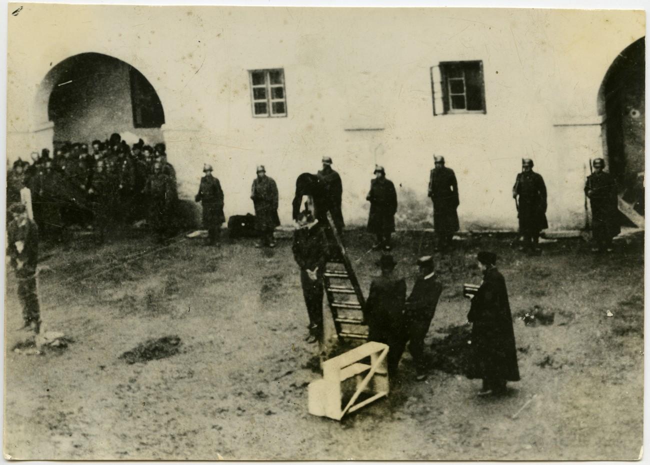 Obešanje Evgena Kardoša in Štefana Cvetka 31. oktobra 1941 na dvorišču soboškega gradu. PMMS.