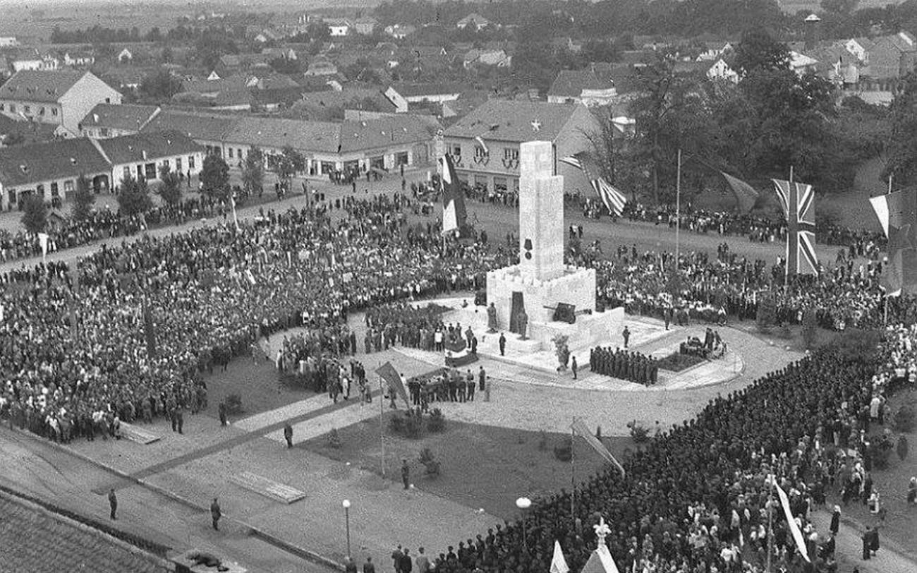 Slovesno odkritje spomenika zmage v Murski Soboti 12. avgusta 1945, ki je edini, posvečen ruskemu vojaku na slovenskih tleh. Zasnoval ga je oficir Jurij Arončik, bronasta kipa partizana in rdečearmejca sta izdelala brata Zdenko in Boris Kalin. PMMS.