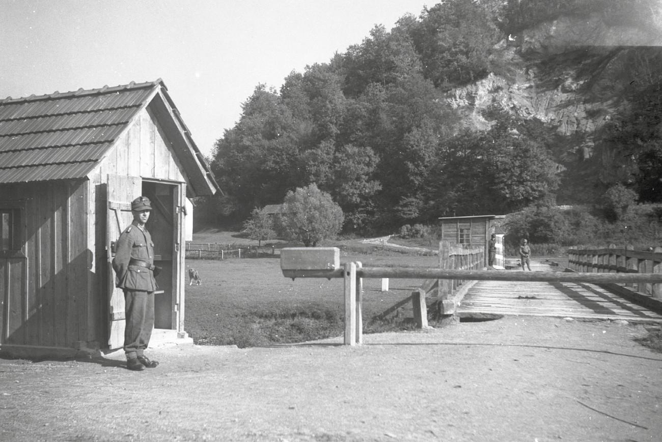 Mejni prehod med Nemčijo in Neodvisno državo Hrvaško pri Harinih Zlakah. MNZS.