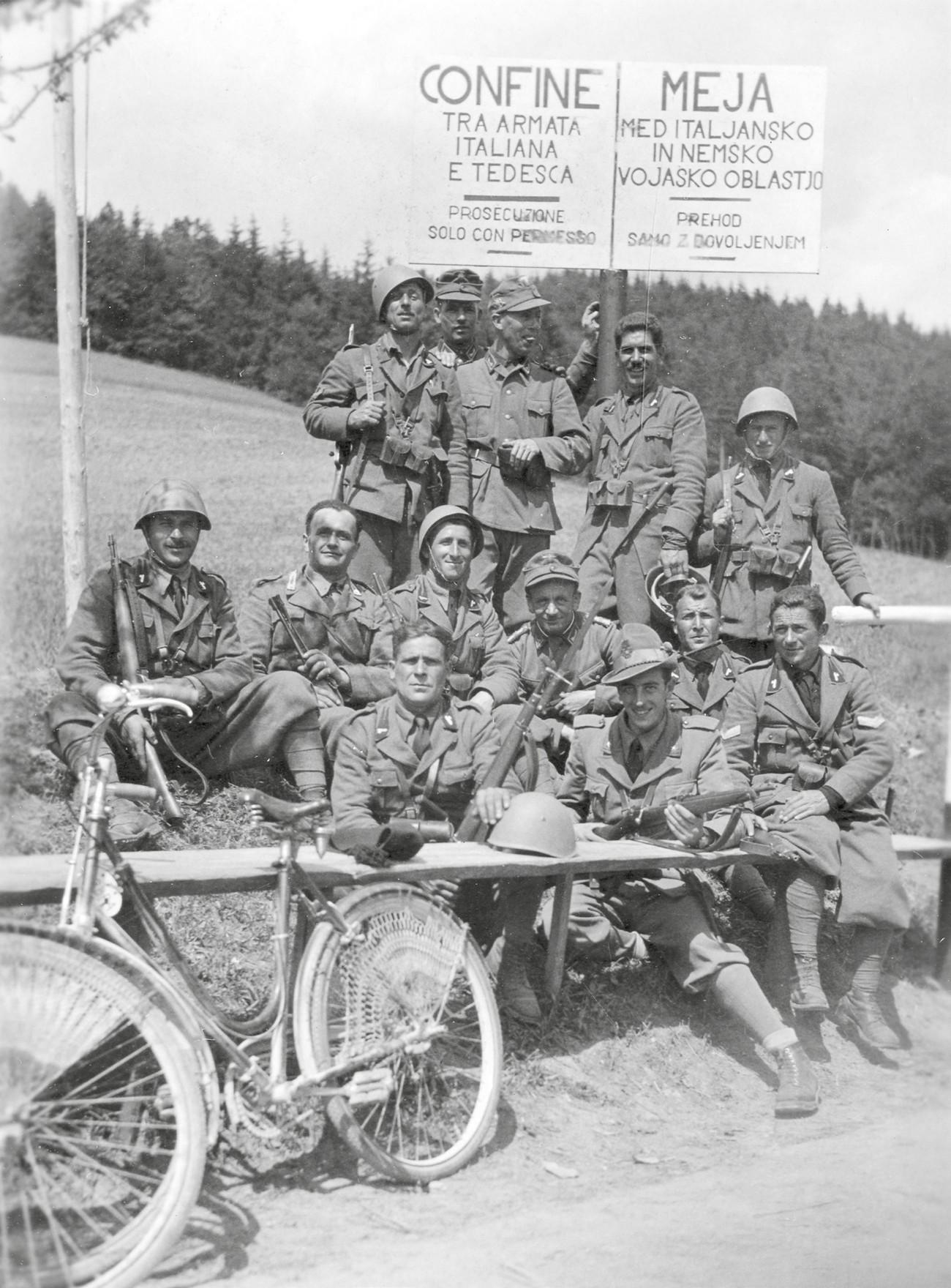 Nemški in italijanski vojaki nekje na novo postavljeni meji. MNZS.