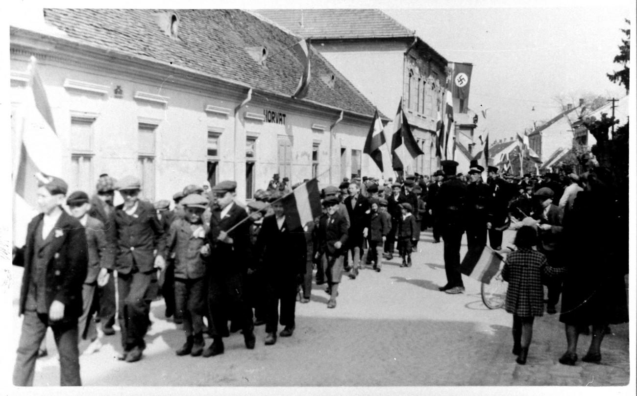 Dolnja Lendava, 16. april 1941, slavje ob nastopu madžarske uprave Prekmurja. Fotografijo hrani: István Vida.