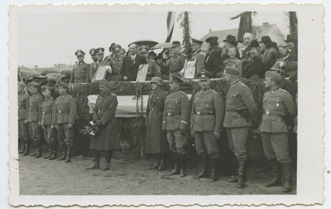 Predaja uprave Prekmurja Madžarom s strani Nemcev (v ospredju soboški župan Ferdinand Hartner), 16. april 1941. PMMS.