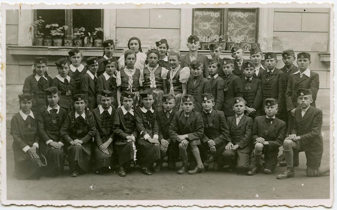 Učenci meščanske šole Dolnja Lendava v značilnih madžarskih uniformah med vojno. PMMS.