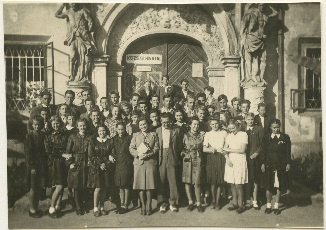 Dijaki 2. razreda Srednje trgovske šole z učitelji med 2. svetovno vojno pred vhodom v grad v Murski Soboti. PMMS.
