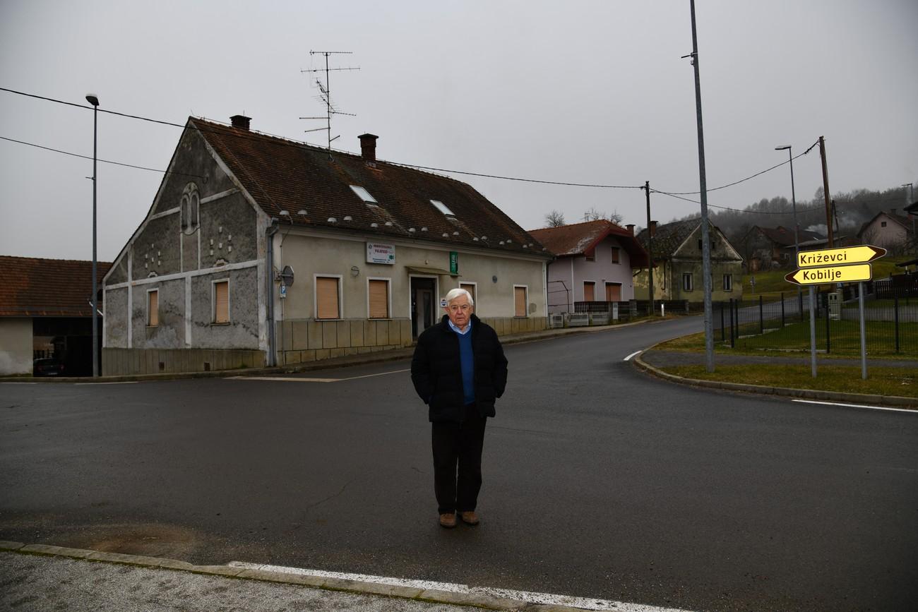 »Dedek ni hotel biti madžarski župan, čeprav je odlično govoril madžarsko.« (Milan Kučan pred hišo svojega dedka, gostilničarja in posestnika, Prosenjakovci, 25. januar 2020). Avtor fotografije: Božidar Flajšman.