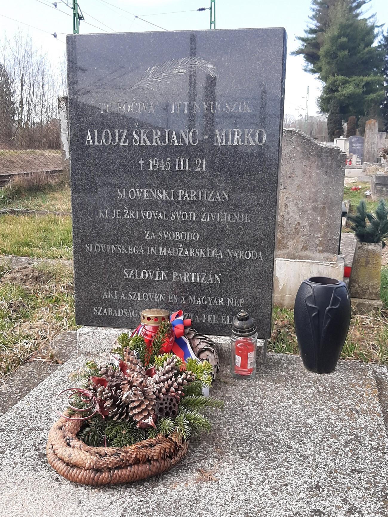 Grob partizana Alojza Škerjanca – Mirka v Monoštru. Kot pripadnik Prekmurske čete je v boju z madžarskimi orožniki padel v naselju Sakalovci v Porabju. Avtor fotografije: Brigitta Soós.