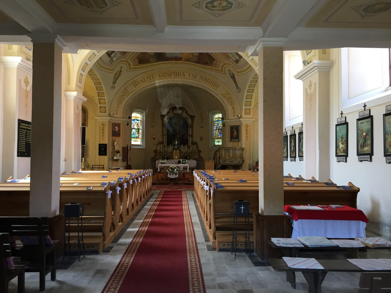 Notranjost cerkve na Gornjem Seniku. Slovenski jezik se je v Porabju ohranil predvsem v Cerkvi in družini. Avtor fotografije: Marija Mukič.