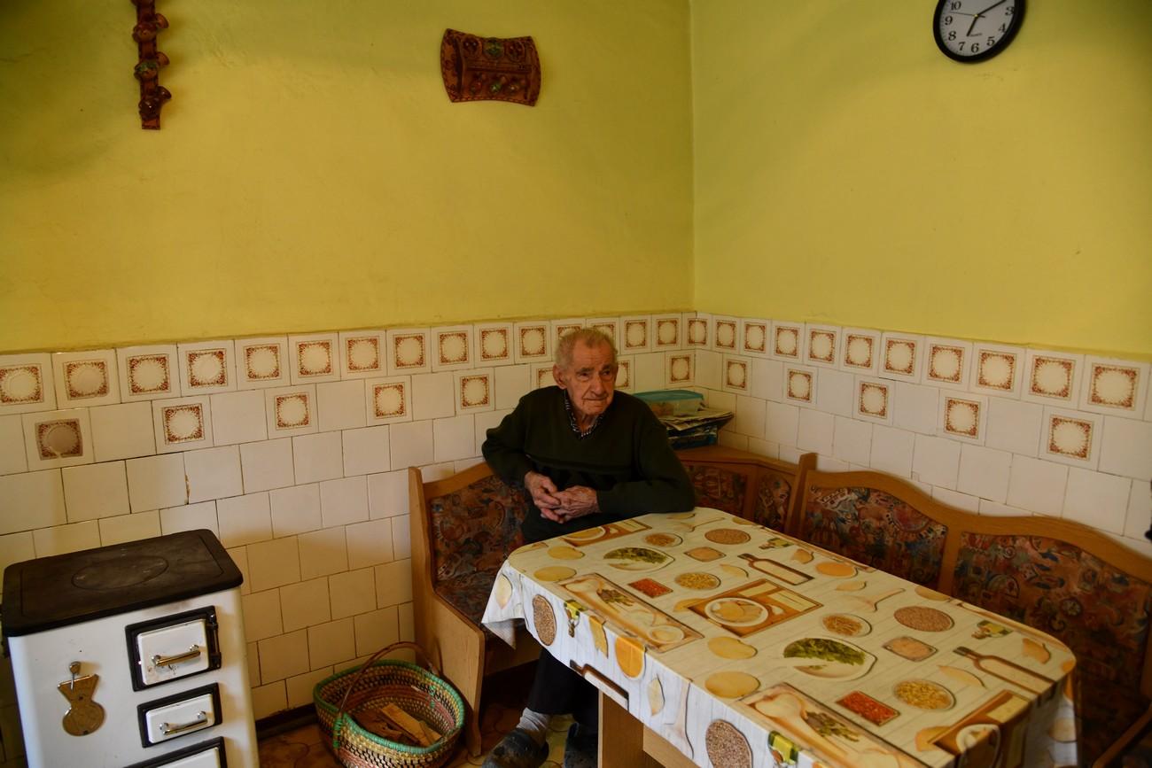 Jože Krajcar iz Gornjega Senika je bil septembra 1944 mobiliziran v nemško vojsko. Ob prihodu Rdeče armade so ga pri Frankfurtu (Oder) zajeli in ga 8. junija 1945 poslali v ujetniško taborišče Harkov v današnji Ukrajini, kjer je ob velikem pomanjkanju delal pri obnavljanju porušenega mesta. Domov se je vrnil šele leta 1951. (Gornji Senik, 27. januar 2020). Avtor fotografije: Božidar Flajšman.