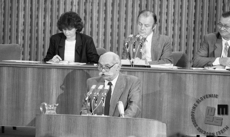 Janez Stanovnik v skupščini 1988